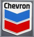Логотип Chevron на заправочной станции в Вашингтоне 11 января 2010 года. Украинское правительство сообщило во вторник о планах к маю завершить подготовку соглашения о сланцевом газе с американской Chevron, которая сказала на прошлой неделе, что переговоры не могут продолжаться вечно. REUTERS/Jason Reed