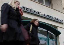 Le CAC 40 cédait 2,49% à 3.628,49 points vers 12h00 à la Bourse de Paris, plombé, comme les autres indices européens, par l'incertitude qui entoure la zone euro au lendemain des élections en Italie. Dans ce contexte, les financières et notamment les valeurs bancaires sont les premières victimes. Crédit agricole était en baisse de 5,73%. /Photo prise le 1er février 2013/REUTERS/Jean-Paul Pélissier