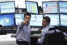 Trader al lavoro. REUTERS/Alex Domanski