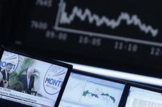 A la Bourse de Francfort. Les Bourses européennes chutent lourdement mardi à mi-séance, dans la crainte que l'issue incertaine des élections législatives de dimanche et lundi en Italie ne relance la crise de la dette en zone euro. /Photo prise le 26 février 2013/REUTERS/Lisi Niesner