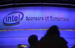 Intel est l'une des valeurs à suivre sur les marchés américains après que le géant des semi-conducteurs a annoncé qu'il fabriquerait des puces pour le compte d'Altera. Ce contrat est une étape importante vers l'ouverture de ses technologies de fonte à certains clients parmi lesquels pourrait peut-être figurer un jour Apple. /Photo prise le 8 janvier 2013/REUTERS/Rick Wilking