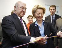 """Le ministre français du travail, Michel Sapin et son homologue allemande, Ursula von der Leyen, ont signé à Strasbourg un """"accord de coopération pour le placement des demandeurs d'emplois"""" qui ouvre la voie à un marché commun de l'emploi dans les régions frontalières. Une démarche concrétisée par l'inauguration à Kehl, ville allemande voisine de Strasbourg, d'un premier """"Service de placement transfrontalier"""". /Photo prise le 26 février 2013/REUTERS/Jean Marc Loos"""