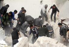 El Ejército sirio ha aumentado los ataques con misiles balísticos sobre las zonas en poder de los insurgentes, y cuatro de ellos, registrados la semana pasada en el norte del país causaron la muerte de más de 141 personas, entre ellos 71 niños, dijo el martes Human Rights Watch. En la imagen del 23 de febrero, unos hombres buscan a víctimas entre los escombros de un lugar alcanzado por un misil Scud, según activistas de la oposicón, en el barrio Ard al Hamra de Alepo. REUTERS/Muzaffar Salman