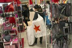 S'appuyant sur les ventes solides réalisées au cours de la période des fêtes de fin d'année, la chaîne de grands magasins américaine Macy's a présenté mardi une prévision de bénéfice supérieure aux attentes de Wall Street pour 2013. /Photo prise le 23 novembre 2012/REUTERS/Keith Bedford