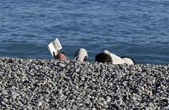 La mayor parte de Europa registrará una primavera más cálida de lo habitual después de un invierno con grandes olas de frío y tormentas, dijo el martes Weather Services International (WSI), una empresa privada de meteorología. En la imagen, una pareja disfruta en la orilla de la playa gracias a una temperatura inausualmente cálida, en Niza, el 12 de noviembre de 2012. REUTERS/Eric Gaillard