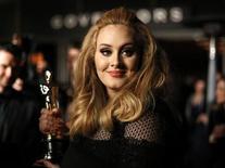 """Adele, avec son Oscar de la meilleure chanson originale pour le générique du dernier James Bond """"Skyfall"""". La chanteuse britannique figure en tête des ventes d'albums avec """"21"""" en 2012, une année qui selon la Fédération internationale de l'industrie phonographique (IFPI) a vu les ventes mondiales de musique progresser de 0,3% en 2012, une hausse marginale mais symbolique qui met fin à 12 années consécutives de baisse. /Photo prise le 24 février 2013/REUTERS/Lucas Jackson"""