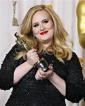 La cantante británica Adele sostiene su premio Oscar a la Mejor Canción por Skyfall en la entrega de los premios de la Academia en Hollywood, feb 24 2013. El negocio de la música venció en el 2012 una tendencia negativa que comenzó hace 12 años y registró un alza leve pero simbólica de 0,3 por ciento en sus ingresos comerciales, según mostraron el martes cifras de la Federación Internacional de la Industria Fonográfica (IFPI, por su sigla en inglés). REUTERS/ Mike Blake