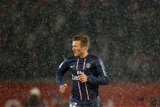 David Beckham sera titulaire avec le Paris Saint-Germain lors du huitième de finale de la Coupe de France qui doit opposer le club de la capitale à l'Olympique de Marseille, mercredi au Parc des Princes. /Photo prise le 24 février 2013/REUTERS/Charles Platiau
