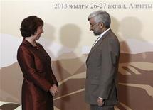 La jefa de política exterior de la Unión Europea, Catherine Ashton, junto al jefe negociador nuclear de Irán, Saeed Jalili, en Almaty, Kazajistán, feb 26 2013. Irán dijo el martes que estaba lista para entregar una oferta a las grandes potencias durante las negociaciones en Kazajistán sobre su programa nuclear, después de que Estados Unidos ofreciera aliviar las sanciones contra el país islámico a cambio de la suspensión de sus actividades atómicas más controvertidas. REUTERS/Stanislav Filippov/Pool