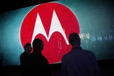 Motorola Mobility va fermer fin mai son site de Toulouse, qui emploie environ 180 personnes. Le fabricant de combinés mobiles, filiale de Google, avait annoncé en août la suppression de 4.000 emplois, soit 20% de ses effectifs, et la fermeture près d'un tiers de ses bureaux à travers le monde. /Photo d'archives/REUTERS/Rick Wilking