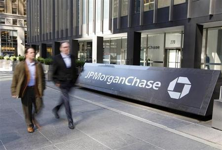 People walk past the JPMorgan Chase & Co building in New York March 17, 2008. REUTERS/Chip East/Files