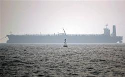 Imagen de archivo de un tanquero en el puerto de Assaluyeh, al sur de Teherán, mayo 27 2006. Irán está utilizando antiguos barcos petroleros que no terminaron como chatarra para enviar su petróleo a China y eludir las prohibiciones de Occidente, dijeron funcionarios involucrados con las sanciones mostrando a Reuters documentos como prueba. REUTERS/Morteza Nikoubazl