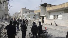 Miembros del Ejército de Siria Libre y civiles revisan los daños tras un presunto ataque de fuerzas de Gobierno en la zona de Binnish en Idlib, feb 25 2013. Los militares sirios han aumentado los ataques con misiles balísticos sobre las zonas en poder de los insurgentes, y la semana pasada cuatro golpes en el norte del país causaron la muerte de más de 141 personas, incluidos 71 niños, dijo el martes Human Rights Watch. REUTERS/Mohamed Kaddoor/Shaam News Network/Handout NOTA DE EDITOR: Reuters no puede confirmar de forma independiente, la autenticidad, contenido, ubicación o fecha de dónde o cuándo se extrajo esta imagen. Imagen para uso no comercial, ni ventas, ni archivos. Solo para uso editorial. No para su venta en marketing o campañas publicitarias. Esta imagen fue entregada por un tercero y es distribuida, exactamente como fue recibida por Reuters, como un servicio para clientes.