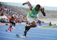 Imagen de archivo del velocista jamaicano Usain Bolt durante la prueba de los 400 metros llanos en la clásica Campedown en Kingston, feb 9 2013. El seis veces campeón olímpico Usain Bolt correrá los 200 metros planos en la reunión de la Liga de Diamante de París el 6 de julio como parte de su preparación para el Mundial de atletismo de Moscú del mes siguiente. REUTERS/Gilbert Bellamy
