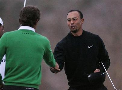 Tiger Woods of the U.S. shakes hands on the 17th green losing 2&1 to Charles Howell III of the U.S. during the weather delayed first round of the WGC-Accenture Match Play Championship golf tournament in Marana, Arizona February 21, 2013. REUTERS/Matt Sullivan