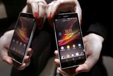 Les ventes du Xperia Z, le smartphone haut de gamme que Sony a lancé lundi sur plusieurs grands marchés européens, ont bien démarré. Le Xperia, grâce auquel le groupe japonais espère renforcer sa présence sur le marché des appareils mobiles, a été lancé au Japon le mois dernier et est désormais disponible dans 60 pays. /Photo prise le 25 février 2013/REUTERS/Gustau Nacarino