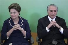 Presidente Dilma Rousseff e vice-presidente Michel Temer participam de cerimônia de lançamento de programa do governo para incentivo à leitura no Palácio do Planalto, em Brasília, em novembro de 2012. Dilma Rousseff comparecerá à convenção nacional do PMDB em Brasília, no sábado, e a dobradinha com Temer para a disputa à Presidência em 2014 deve ser reafirmada. 08/11/2012 REUTERS/Ueslei Marcelino