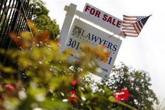 Imagen de archivo de una vivienda a la venta en el barrio Capitol Hill de Washington, ago 21 2012. Los precios de las casas en Estados Unidos terminaron el 2012 con la mayor alza anual en más de seis años, mientras que las ventas de viviendas nuevas saltaron en enero, en la más reciente señal de que el mercado inmobiliario está mejorando, mostraron datos divulgados el martes. REUTERS/Jonathan Ernst