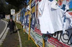 Affiches électorales à Rome. L'Italie se trouve mardi dans une impasse politique: aucune alliance politique ne semble en mesure de former un gouvernement stable au terme d'élections marquées par la poussée du vote protestataire, même si l'ex-président du Conseil Mario Monti, le dirigeant de centre gauche Pier Luigi Bersani et le chef de file du centre droit Silvio Berlusconi disent vouloir éviter un nouveau vote. /Photo prise le 26 février 2013/ REUTERS/Max Rossi