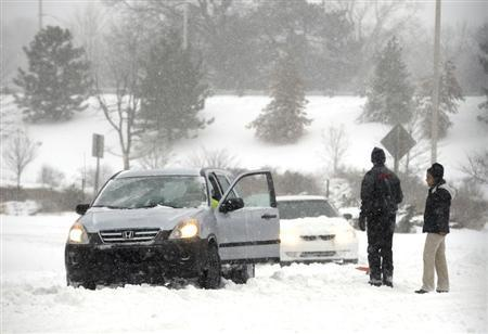 Stranded motorists are seen during a blizzard in Overland Park, Kansas, February 21, 2013. REUTERS/Dave Kaup