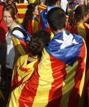 Los socialistas catalanes del PSC rompieron el martes la disciplina de voto marcada por la dirección de la formación en Madrid al pronunciarse a favor del derecho de Cataluña a decidir sobre su soberanía en una votación del Congreso. En esta imagen de archivo, una apreja envuelta en la bandera catalana durante una manifestación en la Diada, en Barcelona, el 11 de septiembre de 2012. REUTERS/Gustau Nacarino