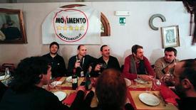 Beppe Grillo puede permitirse unos pocos días para disfrutar del brillo de su triunfo en las elecciones italianas, pero pronto el cómico que ahora lidera el partido más grande del país se enfrentará a duras decisiones políticas. En la imagen, partidarios del Movimiento 5 Estrellas celebran en una pizzería del centro de Roma la victoria electoral, el 25 de febrero de 2013. REUTERS/Yara Nardi