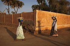 Women walk with baskets on their heads in Gao February 26, 2013. REUTERS/Joe Penney