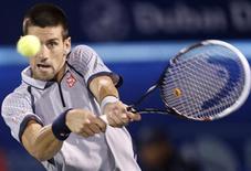 O sérvio Novak Djokovic devolve a bola para o compatriota Viktor Troicki durante partida individual na primeira rodada do Torneio de Dubai, nos Emirados Árabes. 26/02/2013