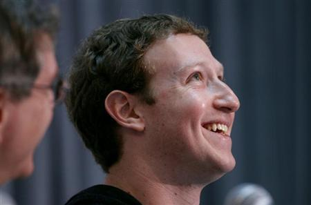 Facebook CEO Mark Zuckerberg smiles at the crowd gathered at the Life Sciences Breakthrough Prize announcement in San Francisco, California February 20, 2013. REUTERS/Robert Galbraith