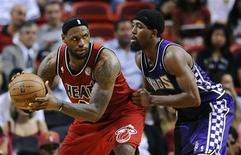 LeBron James, ici aux prises avec John Salmons, a offert 40 points au Miami Heat, qui a dominé mardi les Sacramento Kings sur le score de 141 à 129 après deux prolongations, dans le championnat nord-américain de basket-ball. /Photo prise le 26 février 2013/REUTERS/Rhona Wise