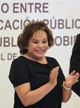 El Gobierno de México arrestó el martes a la poderosa líder del sindicato de maestros, Elba Esther Gordillo, acusada de desviar millones de dólares, en el contexto de una campaña de reformas impulsada por el presidente Enrique Peña Nieto. Imagen de archivo de Gordillo en un acto en Puebla en abril de 2011. REUTERS/Imelda Medina