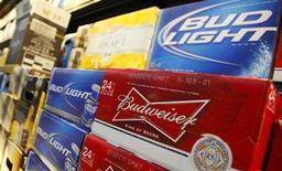 Упаковка пива Budweiser в магазине Wal-Mart в Чикаго, 24 января 2012 года. Пивной гигант Anheuser-Busch InBev разбавляет пиво перед розливом в бутылки, говорится в исках, поданных в американские суды группой потребителей, сообщили адвокаты последних во вторник вечером. REUTERS/John Gress