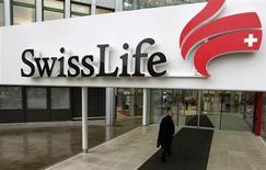 Le bénéfice net de Swiss Life a chuté de 85% en 2012, une lourde dépréciation sur sa filiale allemande de conseil ayant grevé un solide résultat des investissements. /Photo d'archives/ REUTERS/Arnd Wiegmann