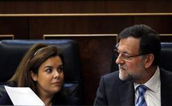 España ha logrado cerrar el año pasado con un déficit público del 6,7 por ciento del Producto Interior Bruto, dijo el miércoles el presidente de Gobierno, Mariano Rajoy. En la imagen, el presidente del Gobierno junto a su vicepresidenta, Soraya Sáenz de Santamaría, el 21 de febrero de 2013. REUTERS/Susana Vera