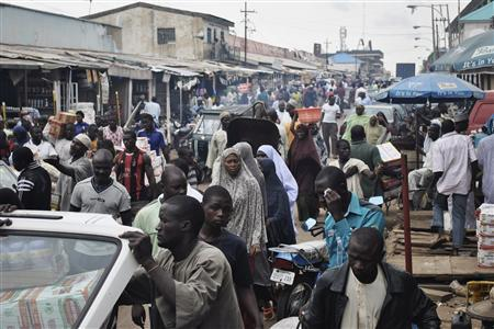 Crowds fill Abubakar Gumi central market after authorities relaxed a 24 hour curfew in the northern Nigerian city of Kaduna, June 24, 2012 . REUTERS/Stringer