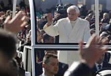 Papa Benedetto XVI saluta la folla nel corso dell'ultima udienza generale del suo pontificato. REUTERS/Max Rossi