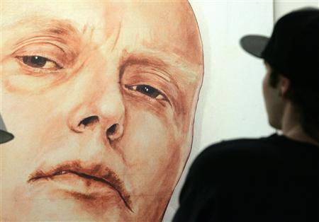 A man looks at a portrait of ex-spy Andrei Litvinenko by Russian artists Dmitry Vrubel and Viktoria Timofeyeva in the Marat Guelman gallery in Moscow May 22, 2007. REUTERS/Sergei Karpukhin