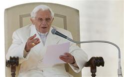 Benedicto XVI tuvo el miércoles una emotiva despedida en su última audiencia general, al decir que comprendía la gravedad de su decisión al convertirse en el primer pontífice que renuncia en casi 600 años, pero que lo había hecho por el bien de la Iglesia católica. En la imagen, el Papa en su audiencia general del 27 de febrero de 2013 en el Vaticano. REUTERS/Alessandro Bianchi
