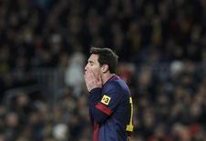 La humillante eliminación del Barcelona en Copa del Rey a manos del Real Madrid planteó el martes la cuestión de la falta que les hace su técnico, Tito Vilanova, que continúa recuperándose de una operación de garganta en Nueva York. En la imagen, Lionel Messi durante el partido contra el Real Madrid en el Camp Nou el 26 de febrero de 2013. REUTERS/Albert Gea