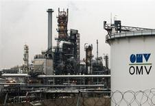 НПЗ компании OMV в австрийском Швехате 19 февраля 2013 года. Цены на нефть растут после безрезультатного завершения очередного раунда переговоров о ядерной программе Ирана. REUTERS/Heinz-Peter Bader