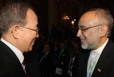Las seis potencias mundiales terminaron el miércoles dos días de negociaciones con Irán sobre su programa nuclear sin conseguir acuerdos, pero delegaciones de expertos de ambos lados se reunirán en Estambul el mes próximo y las conversaciones de alto nivel se reanudarán en Kazajistán el 5 de abril. En la imagen, el secretario general de la ONU, Ban Ki-moon (I), habla con el ministro de Exteriores de Irán, Ali Akbar Salehi, en Viena el 27 de febrero de 2013. REUTERS/Heinz-Peter Bader