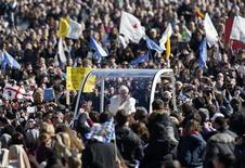 Papa Bento 16 acena para fiéis ao chegar à Praça São Pedro para fazer sua última audiência geral, no Vaticano. 27/02/2013 REUTERS/Alessandro Bianchi