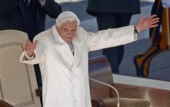 Devant la foule des fidèles rassemblés place Saint-Pierre, à Rome, Benoît XVI a fait pour sa dernière audience générale des adieux empreints d'émotion. /Photo prise le 27 février 2013/REUTERS/Tony Gentile