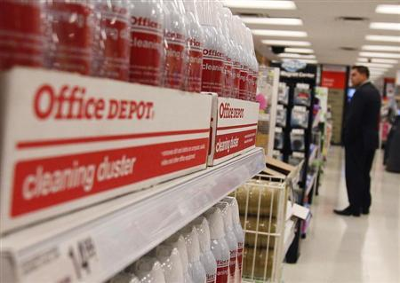 A man shops at an Office Depot store in New York October 25, 2010. Office Depot said its chief executive will step down next month and reported preliminary third-quarter earnings that beat Wall Street expectations, sending shares up nearly 7 percent. REUTERS/Shannon Stapleton
