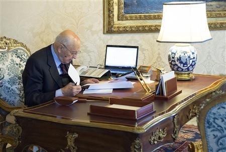 Italian President Giorgio Napolitano checks documents at the Quirinale palace in Rome, December 22, 2012. REUTERS/Paolo Giandotti/Italian Presidency Press Office/Handout