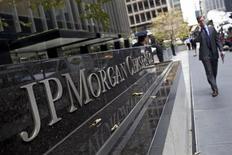 Homem caminha em frente à sede internacional do JPMorgan Chase em Nova York, EUA.O JPMorgan Chase planeja cortar até 17 mil postos de trabalho até o fim de 2014, cerca de 6,6 por cento do total de funcionários do banco, que tem cortado profissionais que ajudaram a instituição a lidar com perdas com empréstimos imobiliários. 13/07/2012 REUTERS/Andrew Burton