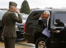 Chuck Hagel, un veterano de la guerra de Vietnam, juró el miércoles como nuevo secretario de Defensa de Estados Unidos en una pequeña ceremonia a puertas cerradas, después de un enconado proceso para aprobar su nominación en el Senado. Imagen de Hagel (dcha.) devuelve el saludo al teniente general de los marines Tom Waldheuser (izq.) al llegar al Pentágono en Arlington, Virginia, el 27 de febrero, tras tmar posesión. REUTERS/Jonathan Ernst RTR3ECK3