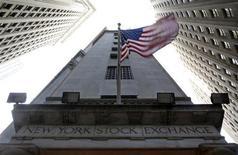 Wall Street a ouvert sans orientation mercredi, dans un marché qui attend de nouveaux éléments d'impulsion après les déclarations jugées positives du président de la Réserve fédérale Ben Bernanke la veille. Le Dow Jones, qui avait débuté en légère baisse, grignote 0,08% après huit minutes d'échanges, tandis que le S&P-500 progresse de 0,09%, de même que le Nasdaq. /Photo d'archives/REUTERS/Chip East