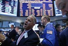 Las bolsas estadounidenses abrieron el miércoles con pocos cambios mientras los inversores esperan la segunda sesión del discurso en el Congreso del presidente de la Reserva Federal, Ben Bernanke, para aclarar la longevidad del programa de estímulos económicos de la FED. En la imagen, unos operadores en la bolsa de Nueva York, el 26 de febrero de 2013. REUTERS/Brendan McDermid