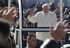 El Papa Benedicto XVI saluda a los fieles a su llegada a la Plaza San Pedro en El Vaticano, feb 27 2013. Papa Benedicto XVI tuvo el miércoles una emotiva despedida en su última audiencia general, al decir que comprendía la gravedad de su decisión de convertirse en el primer pontífice en renunciar en casi 600 años, pero que lo había hecho por el bien de la Iglesia Católica. REUTERS/Max Rossi